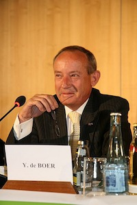 """Yvo de Boer is smiling here - but leaves the UNFCCC """"appalled"""" by climate inaction from the international community"""